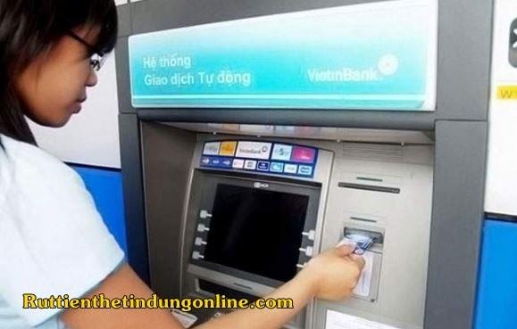 the tin dung vietinbank co rut tien mat duoc khong
